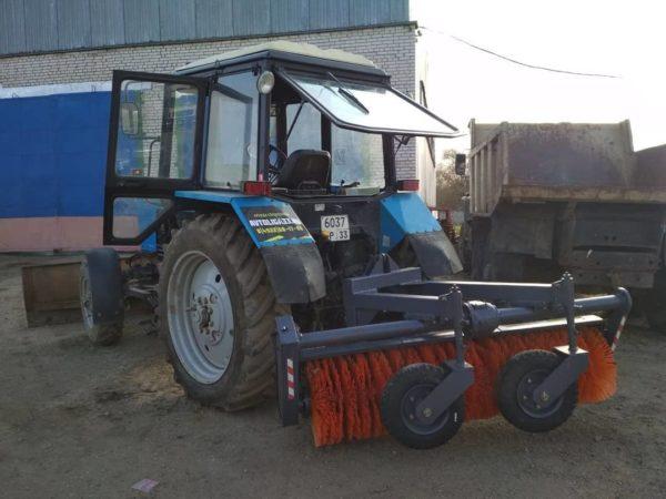 Трактор МТЗ 82.1 оборудованный щеткой
